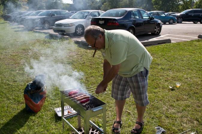 Pigmon grilling sausages